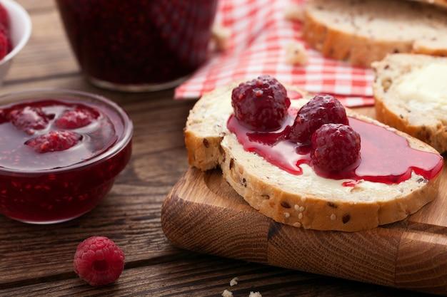 Dżem malinowy na kromkach chleba