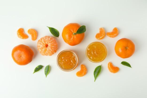 Dżem mandaryński i składniki na białym tle, widok z góry