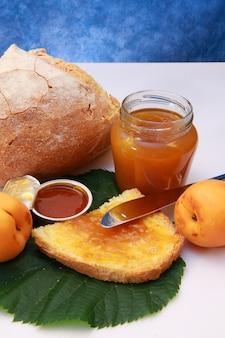 Dżem morelowy na chlebie