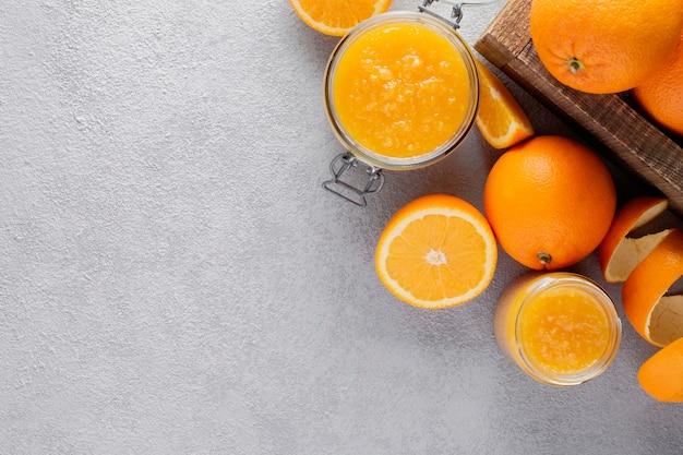 Dżem pomarańczowy w słoiku ze świeżych pomarańczy.