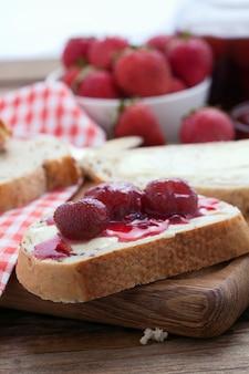 Dżem truskawkowy na kromkach chleba