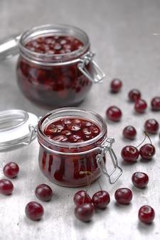 Dżem wiśniowy to tradycyjny deser z wiśni i cukru