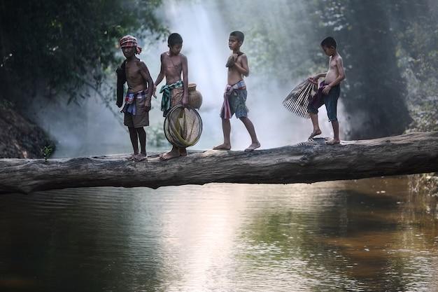 Dziad i wnuczka iść łowić w rzece, styl życia wiejska azjatykcia rodzina, indone