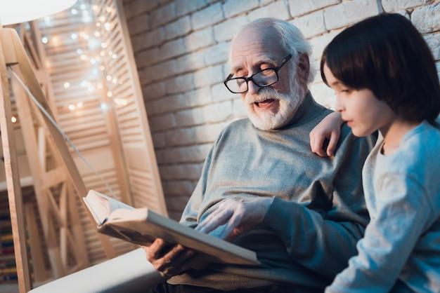 Dziadek czyta bajkę małemu wnukowi