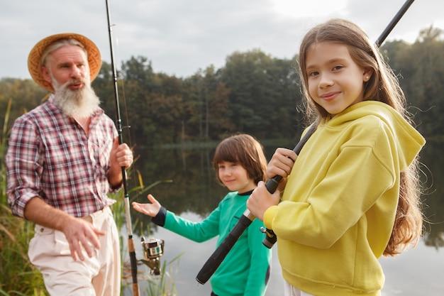 Dziadek i jego dwoje wnuków łowi ryby