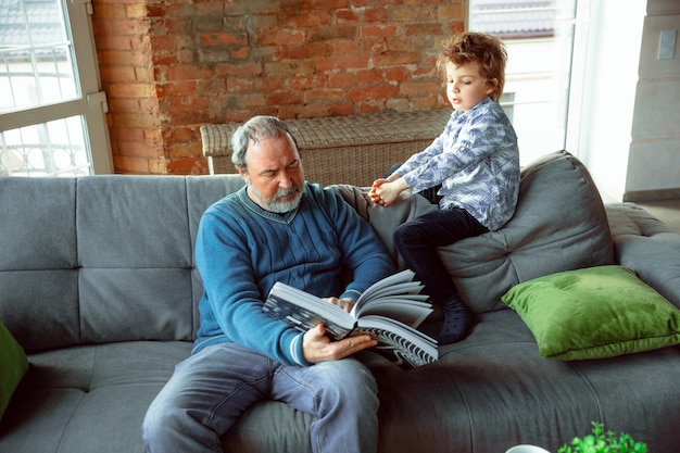 Dziadek i jego wnuk spędzają czas w domu izolując się, studiując