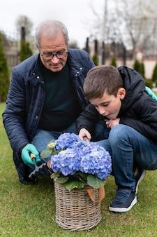 Dziadek i mały chłopiec pracuje w ogrodzie