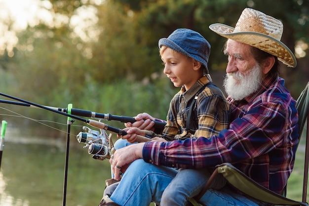 Dziadek i wnuk wędkarski
