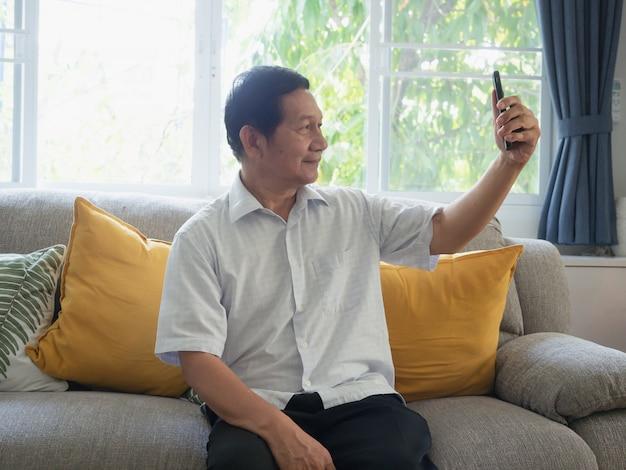 Dziadek jest selfie przez telefon