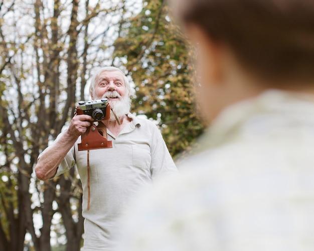 Dziadek mówi wnukowi, jak zostać na zdjęciach