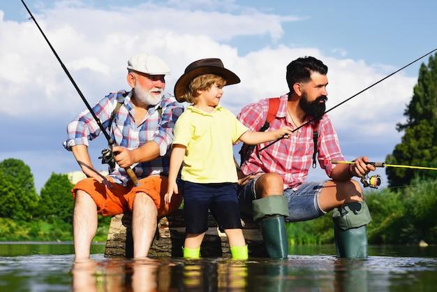 Dziadek, ojciec i chłopiec łowią razem