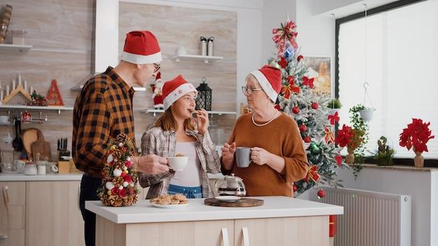 Dziadkowie cieszą się spędzaniem czasu z wnukiem świętującym boże narodzenie