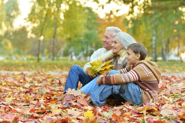 Dziadkowie i wnuk razem w jesiennym parku