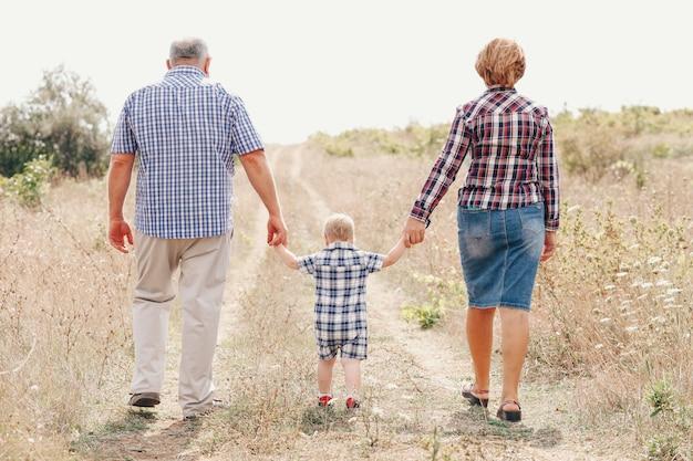 Dziadkowie na spacerze z wnukiem