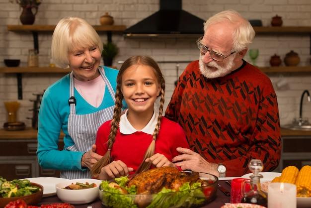 Dziadkowie patrzą na wnuczkę