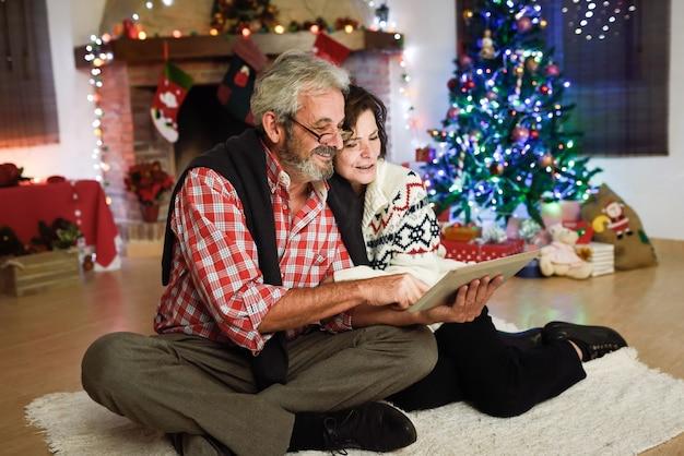 Dziadkowie patrząc na ich tablecie