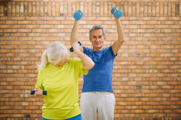 Dziadkowie pracy w siłowni