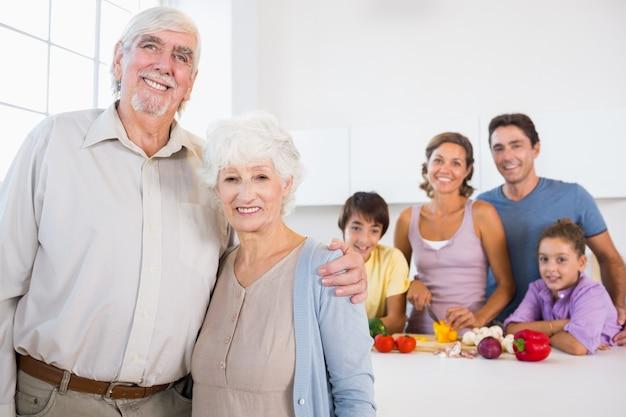 Dziadkowie stojący przy blacie kuchennym