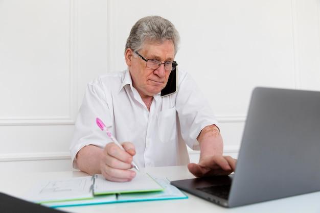 Dziadkowie uczą się obsługi urządzenia cyfrowego