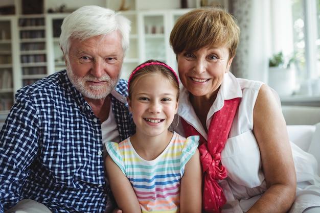Dziadkowie z wnuczką w domu