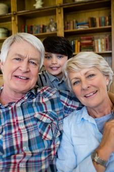 Dziadkowie z wnukiem w domu