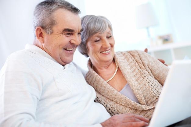 Dziadkowie za pomocą laptopa