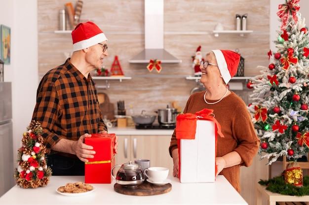 Dziadkowie zaskakują się prezentami świątecznymi, ciesząc się świętami bożego narodzenia
