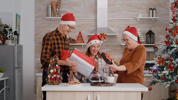 Dziadkowie zaskakują wnuczkę z opakowaniem prezentu spędzając razem święta