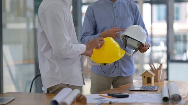 Dział zamówień zwraca się do inżynierów o poradę dotyczącą zakupu kasku.