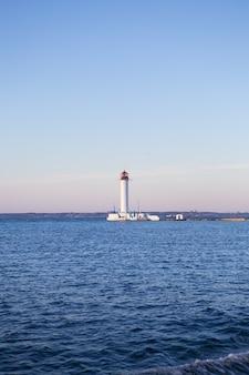 Działająca latarnia morska. odessa. ukraina. morze czarne