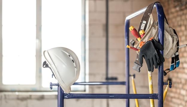Działające narzędzie budowlane. akcesoria budowlane. koncepcja renowacji domu i domu.