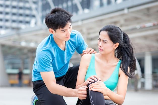 Działający uraz, mężczyzna pomaga sport dziewczynie od kostki boli wypadkowego fr