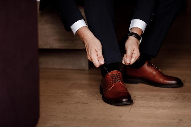Działalności człowieka lub pana młodego w klasycznych eleganckich butach.