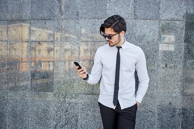 Działalności człowieka na zewnątrz przy użyciu telefonu