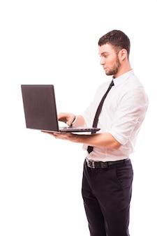 Działalności człowieka posiadającego laptopa - na białym tle nad białą ścianą