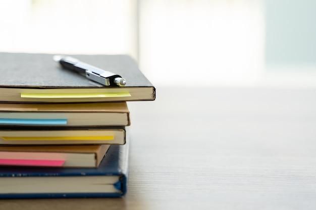 Działalności człowieka pracownik biurowy umowy o pracę z dokumentami stosy plików papieru i prawa
