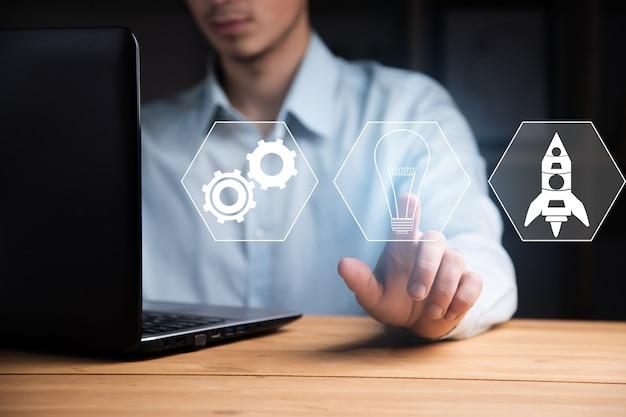 Działalności człowieka pracującego w komputerze z ikoną uruchamiania