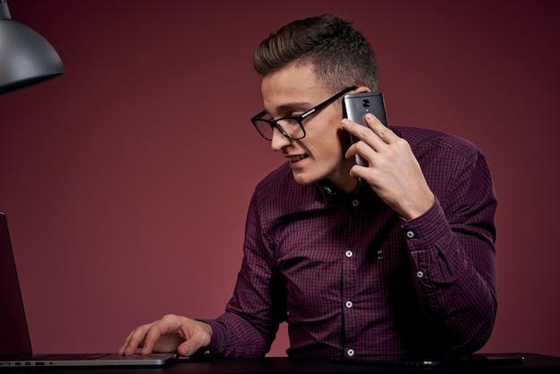 Działalności człowieka w biurze i rozmawia przez telefon