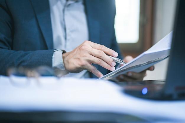 Działalności człowieka w biurze