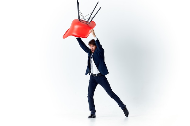 Działalności człowieka w czerwonym garniturze stoi pracy biura finansowego. zdjęcie wysokiej jakości