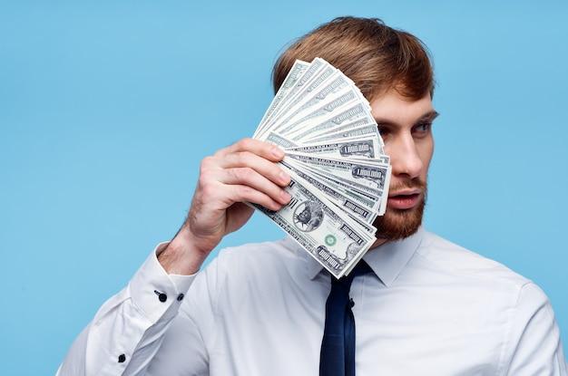 Działalności człowieka w koszuli z krawatem pakiet pieniędzy