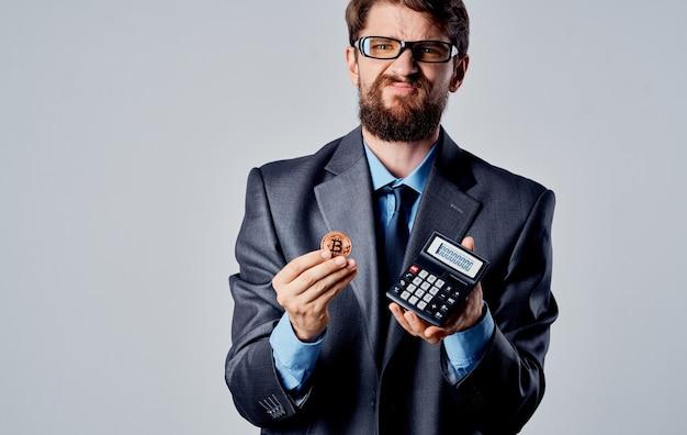 Działalności człowieka z kalkulatorem w rękach i kryptowalutą bitcoin monet. wysokiej jakości zdjęcie