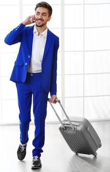 Działalności człowieka z walizką w hali