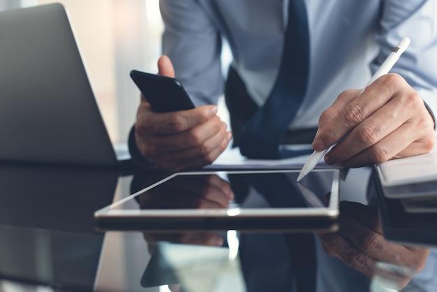 Działalności człowieka za pomocą rysika na cyfrowym tablecie, pracując w biurze