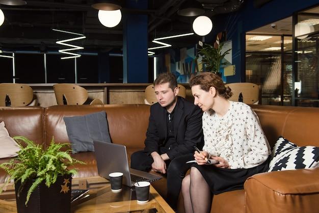 Działalności osób pracujących w nowoczesnym biurze