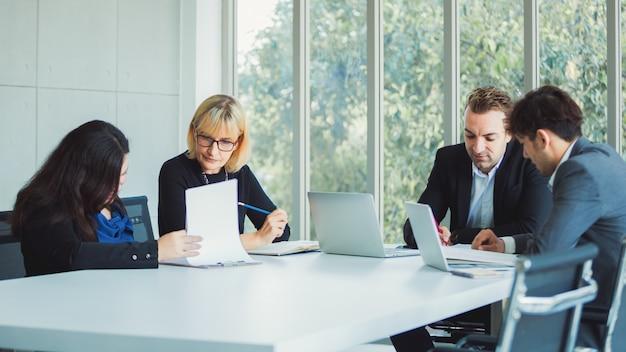 Działalności zespołu pracującego w nowoczesnym biurze