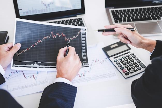 Działalności zespołu pracującego z komputerem, laptopem, omawianie i analiza wykresu giełdowego handlu