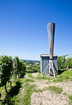Działo gradowe we włoskiej winnicy, okolice monferrato i langhe, region piemonte.