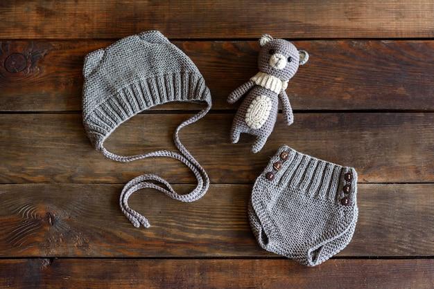 Dziane piękne miękkie zabawki, czapki i szorty dla niemowląt. zabawki wykonane własnymi rękami