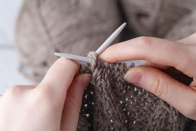 Dzianie wełniany szalik, zbliżenie dłoni
